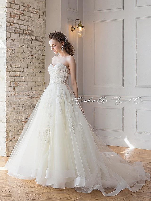 エアリーなシルバーフラワーモチーフドレス