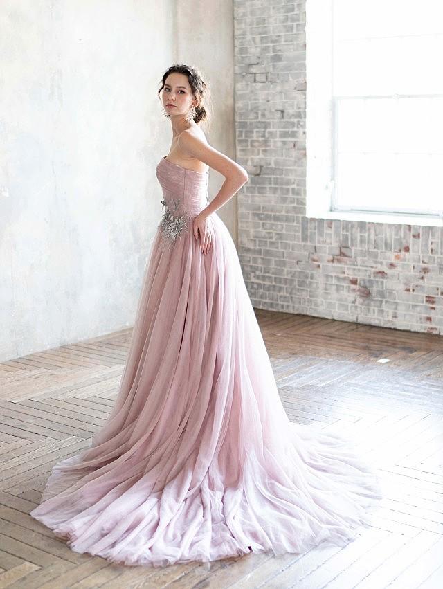 ライトピンクグレーのスレンダーカラードレス
