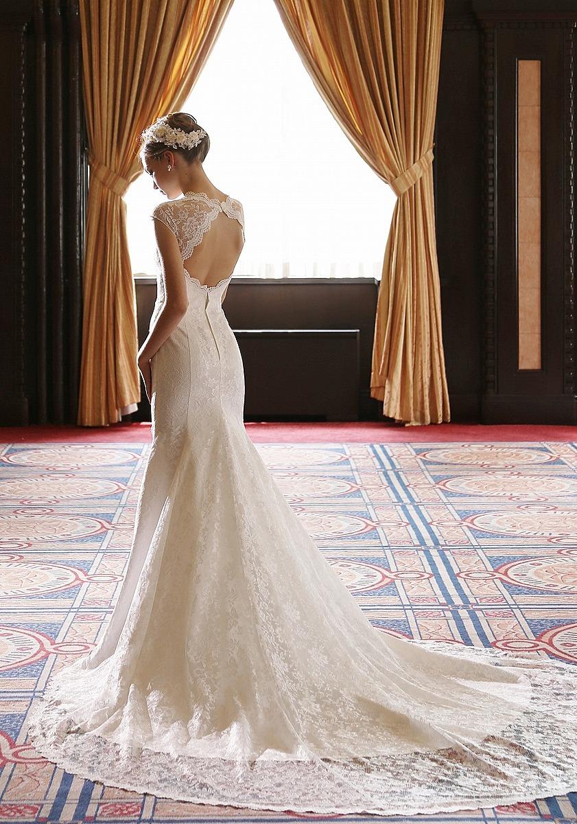 大胆なバックスタイルのマーメイドドレス