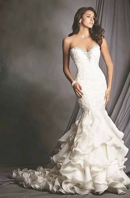 ラインストーンをあしらった豪華なマーメイドドレス